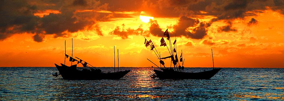 广西北海市的涠洲岛 碧波红霞交相辉映的清晨渔港
