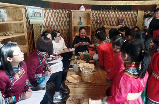 记者走进旗民族幼儿园马头琴特色班,只见班上的幼儿正在演奏蒙古族