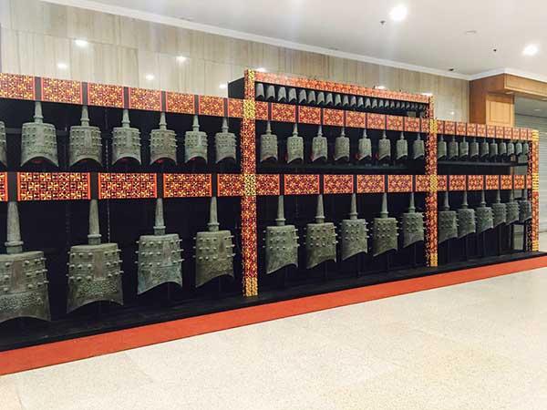 新编钟科技成果新闻发布会会场 人民网北京2月21日电 (王醒)2月21日,新编钟科技成果新闻发布会在北京国际会议中心举行。由烟台豪特乐器有限公司联合武汉音乐学院、湖北省博物馆研制的新编钟亮相会场,创新的技术成果成亮点,古今、中西的文化融合引来专家、媒体齐点赞。  舞台型新编钟 编钟是我国传统的礼乐重器,有数千年的历史。新编钟以距今2400多年前的曾侯乙编钟为基础,运用计算机集成控制科技、借助通用键盘界面演奏,使古老编钟焕发时代活力。 传统结合现代 讲好中国故事的新途径 在18号举行的新编钟项目科技成