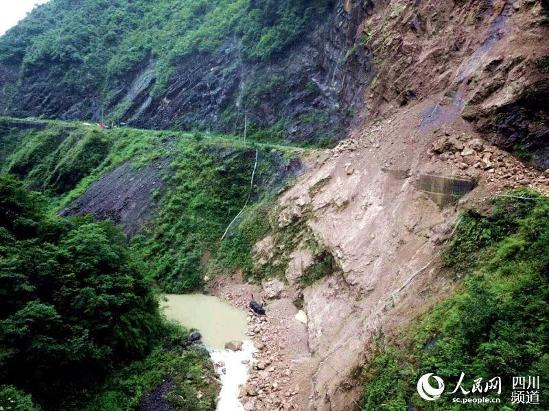崩塌的山体,阻断进村道路。(庞莹 摄)