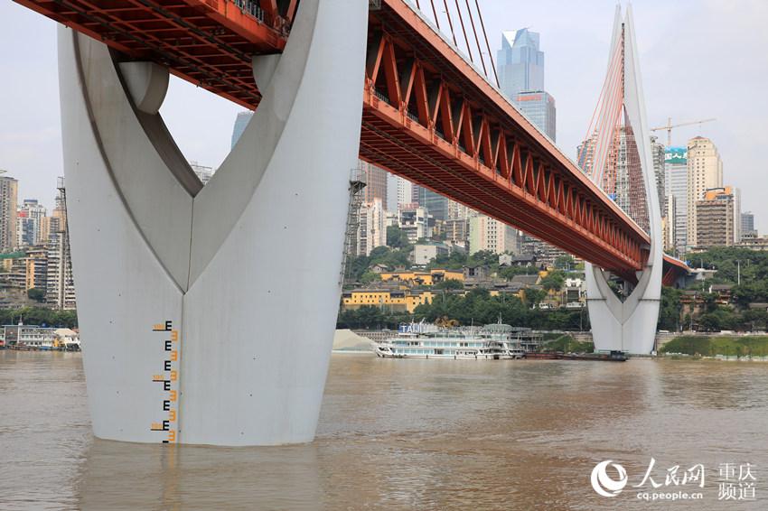 12日中午,重庆主城东水门长江大桥桥墩标尺显示,长江水位已经逼近180米,水位仍在继续上涨。刘政宁 摄