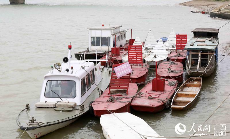 9月16日,航道标识艇停泊珠江上游的融江广西柳州市融安县城段岸边避台风(谭凯兴/摄)