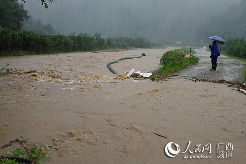 金秀镇奋战桥已被水淹,饮水管被冲脱位,水位还在上涨