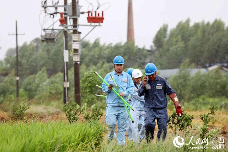 电力工人抢修受损的电力线路