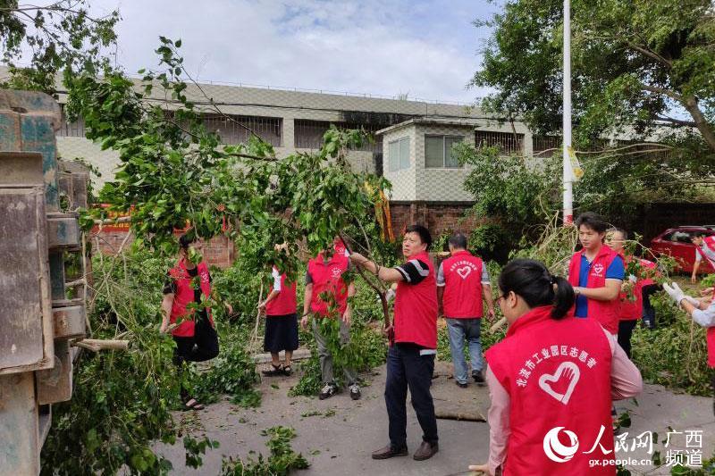 北流志愿者迅速参加到救灾工作中