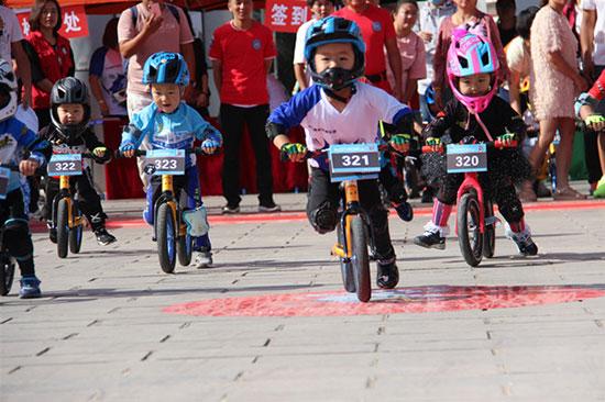 准格尔旗举办218.10.232.45首届儿童滑步车竞速赛