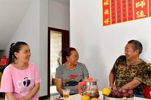 2019年9月13日,在贵州省遵义市红花岗区海龙镇贡米村,基层党员干部舒万艳(左)和陈顺伦在调查研究过程中向村民袁兴会(中)了解情况。