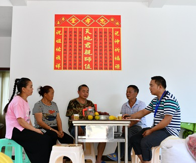 2019年9月13日,在贵州省遵义市红花岗区海龙镇贡米村,几名基层党员干部在调查研究过程中向村民袁兴会(左三)了解情况。
