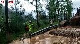四川青川民警冒着泥石流转移群众的最美瞬间
