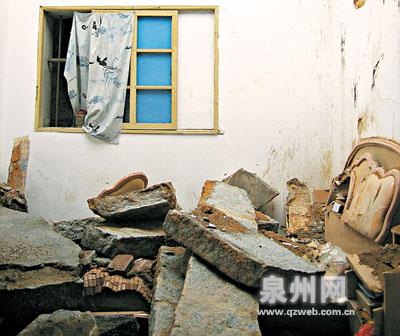 塌了紧邻的一层石筑结构房屋,三间寝室的石板条屋面均损毁崩塌,电冰箱