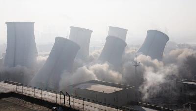 龙凤热电厂六个冷却水塔23日同时爆破拆除.