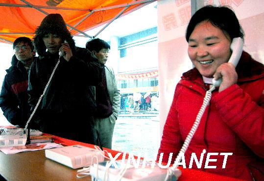 连日来,一条免费亲情热线电话在杭州汽车北站受到农民工欢高清图片