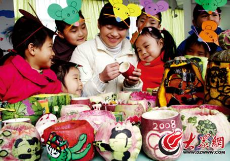 幼儿园老师指导小朋友在萝卜上雕刻福娃