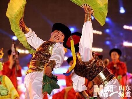 5月8日,参加东北大秧歌表演的演员正在开幕式上表演.-胶州中国秧