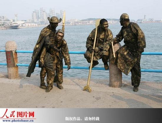 2009年7月4日,山东青岛市五四广场上的真人雕塑. 版权作品,请勿转载.