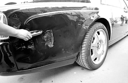车祸两车伤处都在车尾,帕拉丁左侧车尾有轻微凹陷;劳斯莱斯除右侧