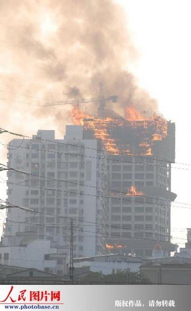 湖南株洲:30层高楼突然起火