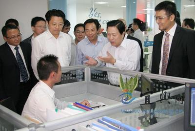 梁保华在中国(宜兴)国际环保城与科技人员亲切交谈