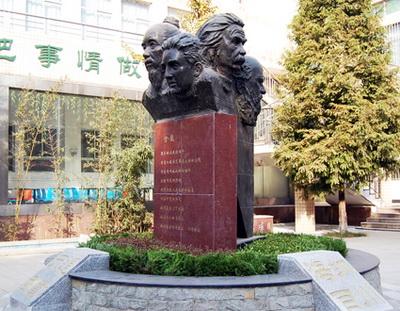 巨人的头像雕塑