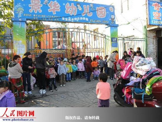 人民网讯 2009年11月2日,气温骤降。当日早晨7时许,位于河南省洛阳市九都东路167号的景华幼儿园的老师们像往常一样来园上班,突然发现幼儿园的大铁门上面又被加了一把大锁,百余名孩子和老师拥堵在大门口不能入园。恰逢周一,家长们拿着给孩子们的厚被子在寒风中瑟瑟发抖,孩子们的小脸冻得通红,该园园长荆改丽心急如焚,迅速向多个部门反映此情况经交涉未果。   直到九点半钟,该幼儿园所在的老城区工农村一名副村长李喜峰才出现在幼儿园大门口,李喜峰不但不想办法解决问题,反而态度蛮横地和荆园长争吵,还强行抢走荆园长手