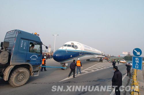 麦道82客机机身在大型运输车的推动下驶入