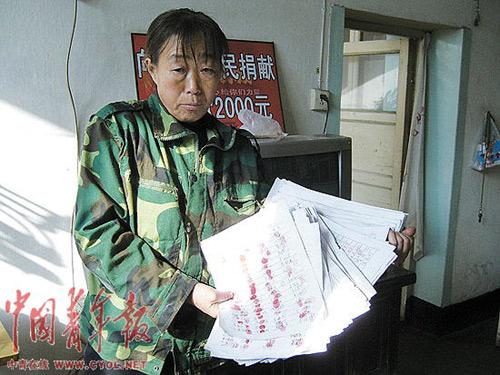 王侯娥手里拿著征集来的签名