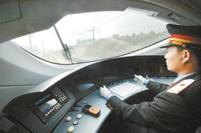 """12月10日,武广客运专线""""和谐号""""高速动车组子弹头驾驶室内弧形的仪表图片"""
