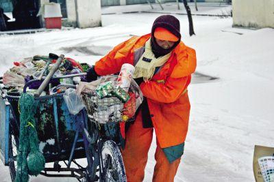 """最可爱的人""""——换袜环卫女工孙美兰清扫积雪的工作岗位上找到了她."""