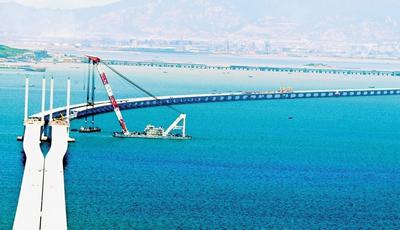 站在150米高的大沽河斜拉桥上鸟瞰海湾大桥.