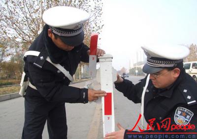"""禹城交通路口处道路隔离护栏穿上了""""反光衣"""""""